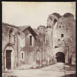 Edificio en ruinas en una calle