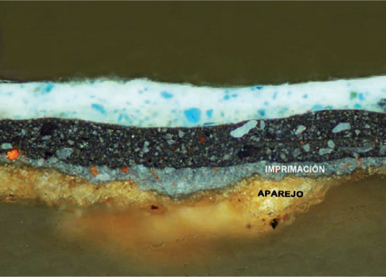 <p><strong>Fig.1(b):</strong>Blas de Prado, <em>Holy Family with Ildephonsus of Toledo,John the Baptist and Master Alonso de Villegas</em>. This cross-section of the micro-sampleshows the gypsum ground layer (<em>aparejo</em>) and the greypriming layer (<em>imprimación</em>) containing thick agglomerates ofred lead.</p>