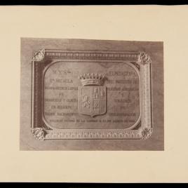 Placa con el escudo de Doña Micaela Desmaisieres López, vizcondesa de Jorbalán, fundadora del Instituto de Religiosas Adoratrices y Colegios de los Desamparados, situada en su sepulcro.