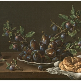Bodegón con plato de ciruelas, brevas y rosca de pan
