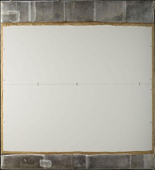 <p><em>Fig.2</em>. Reverso del cuadro protegido con cartón pluma. Las bandas añadidas no originales, han sido dobladas por el reverso y protegidas con papel de seda</p>