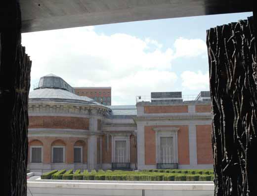 Ampliar imagen: Puerta de Cristina Iglesias desde el interior